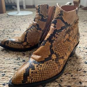 Använda ormskinn boots från danska märket Billibi. Har lossnat lite på högra spetsen där jag fyllt i med svart färg, se bild 2. Annars så coola boots! 😎🤟🏼 Nypris 3500kr.
