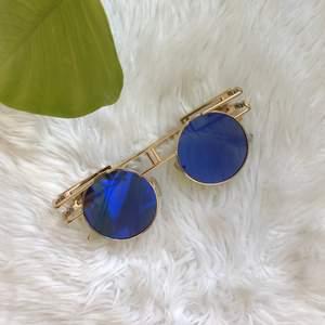 Coola och roliga glasögon, väldigt speciella å coola men kommer aldrig till användning, snygga guld detaljer också!👍🏻❤️ som nya