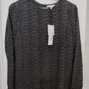 Second female blus med mönster, svart-grå, strl XS, HELT NY OANVÄND. • frakt ingår  • Jag ansvarar ej för postens eventuella slarv.