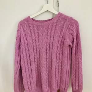 Lila lite flätad tröja från lager 157. Lite stor i modellen men är jättelätt att styla till. Jättefin lila färg i fint skick. I storlek 160 men ungefär S-M. Frakt tillkommer. Vid frågor så är det bara att höra av sig. Priset går att diskutera.