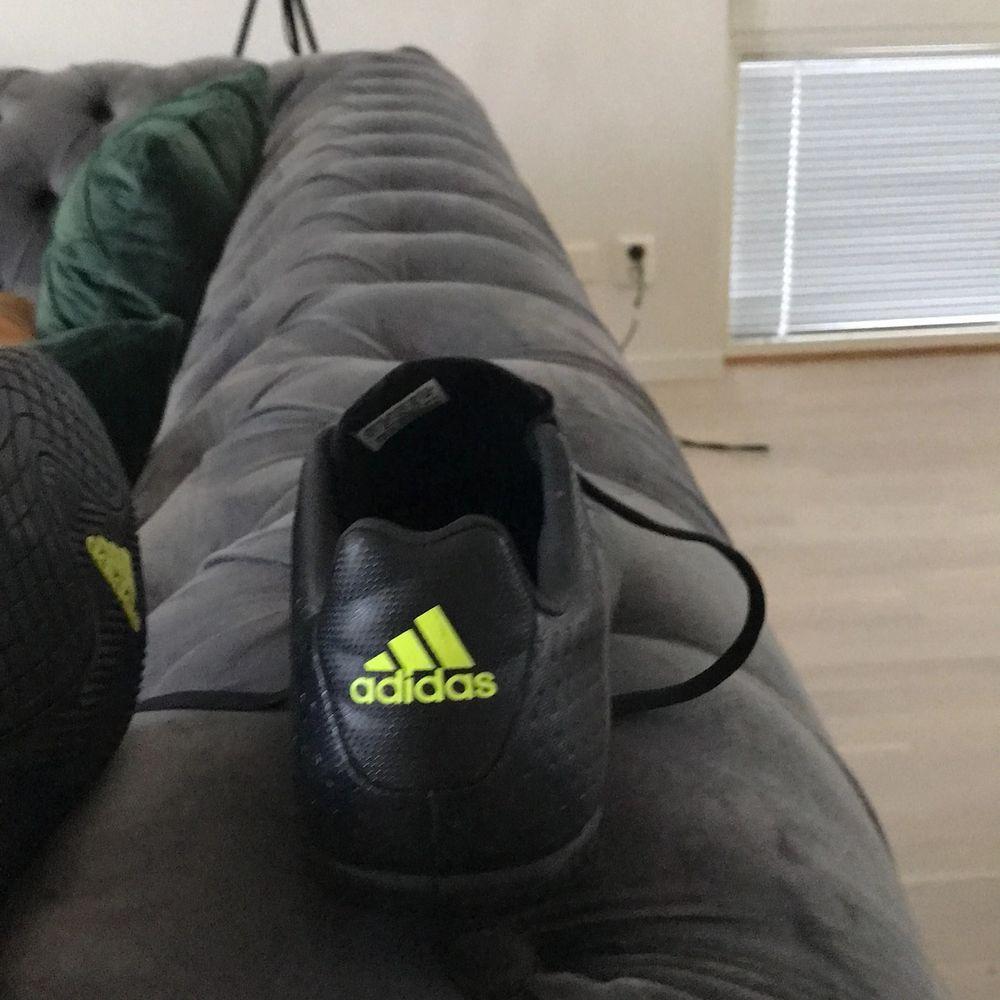 Helt nya skor passade inte mig adidas . Skor.