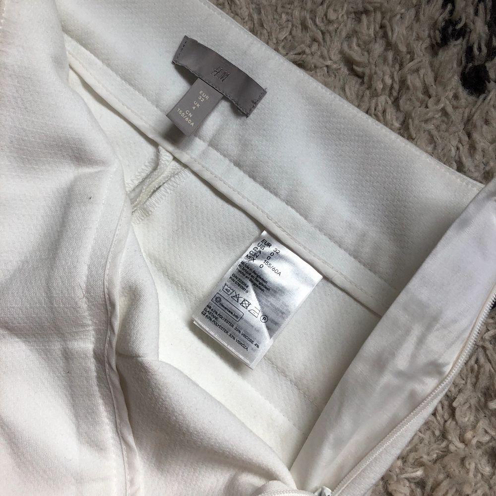 Vita kostymbyxor från HM till salu eftersom de inte längre passar mig och kan därför inte använda dem. Väldigt sköna i materialet😍 Bara använda under en kväll. (Köparen står för frakt). Jeans & Byxor.