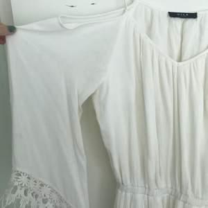 Vit klänning från vila med spetsdetaljer! Jättefin och perfekt för sommaren! Använd 2 gånger!