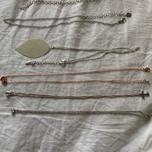 första: armbandskedja 10kr!! andra: halsbandskedja 15kr!! tredje: halsband med löv på 15kr!! fjärde: halsband med dubbelhjärta och stenar i 10kr!! femte: halsband med bokstaven T 15kr!! sista: halsband med sten på 25kr!!