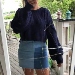 Stickad croppad tröja från NAKD. Aldrig använd. Storlek S, är oversized modell, långa ballongärmar😍😍mörkblå