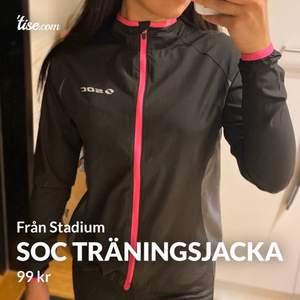 Soc träningsjacka från stadium med ficka där bak i storlek 34. Aldrig använd och kommer inte till användning.