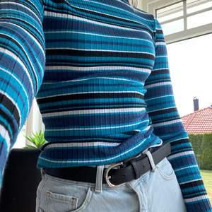 Säljer nu min snygga och färgglada långärmade tröja från NAKD. Säljer då den ej kommer till användning💙
