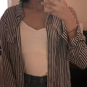 Säljer en randig skjorta i storlek 38. Kan gärna mötas upp eller skicka med frakt, köparen står för frakten.