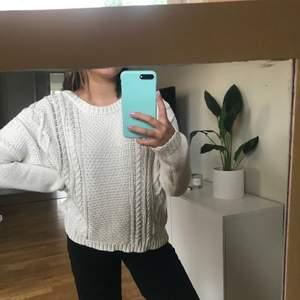Stickad tröja i cremevit färg från Monki. Fint skick och inte nopprig eller missfärgad. Frakt tillkommer.