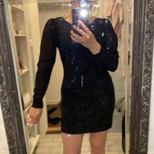 Svart klänning i storlek S från Kappahl men passar garanterat M, långärmad med genomskinliga armar.