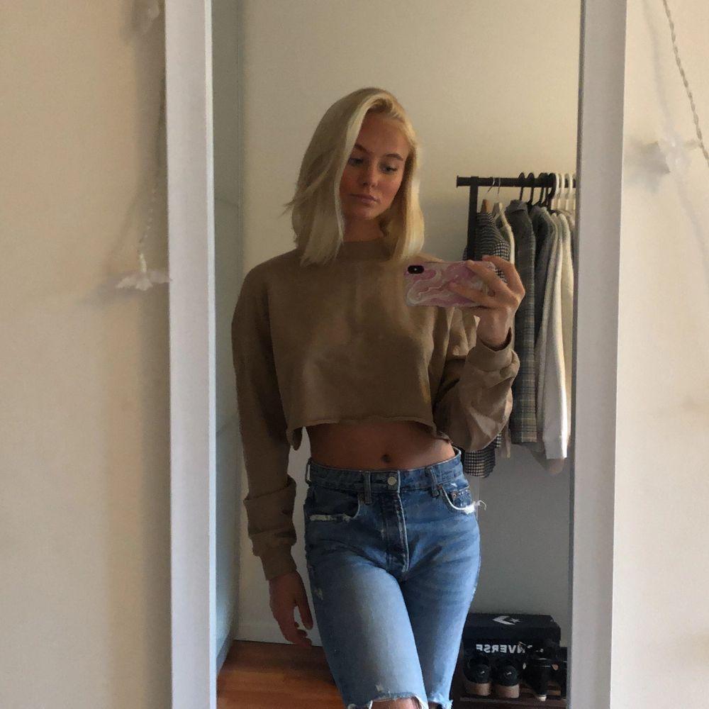 Säljer en croppad sweatshirt från Josefin Ekström X NAKD. Använd fåtal gånger och är i bra skick. . Tröjor & Koftor.