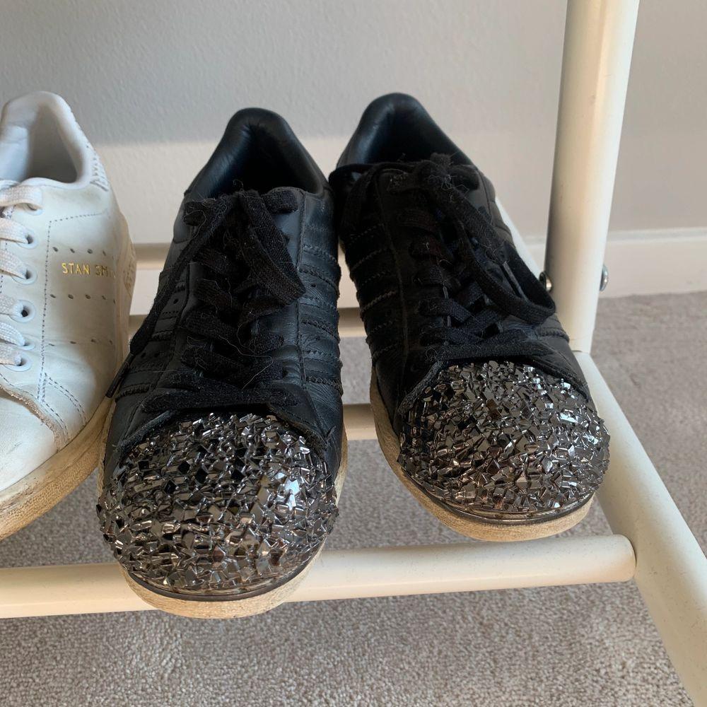 Säljer dessa coola skor. Stolek 36 normala i storleken. Skor.
