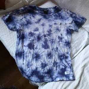 Sjukt snygg tie dye tröja, men jag använder den inte så ofta, därför säljer jag den nu. Frakt 50kr.