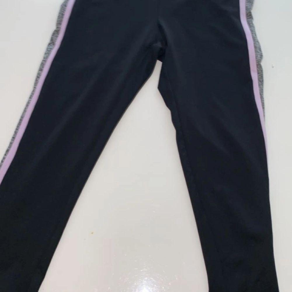 Tränings byxor som slutar lite nedanför vaden storlek S 60kr+frakt köparen står för frakten . Jeans & Byxor.