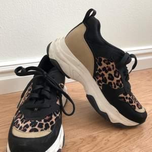 Ett par väldigt coola och fina skor från NA-KD. Dem har fina leopard detaljer och är använda fåtal gånger. Dem är i storlek 38 och säljs då dem inte kommer till användning. Frakten betalas av köparen🐆
