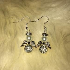 Säljer dessa örhängen! (Plupp medföljer) Örhängena är ca 4 cm med örhängeskroken✨