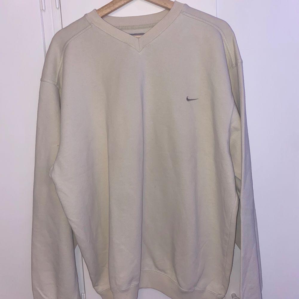 intressekoll på min beigea nike sweatshirt! storlek L men passar xs-L. den är köpt secondhand men kommer inte till användning⚡️köparen står för frakt. Huvtröjor & Träningströjor.