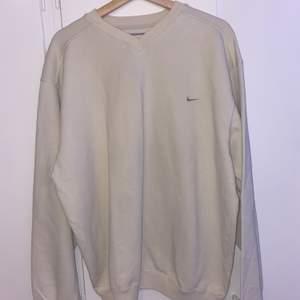 intressekoll på min beigea nike sweatshirt! storlek L men passar xs-L. den är köpt secondhand men kommer inte till användning⚡️köparen står för frakt