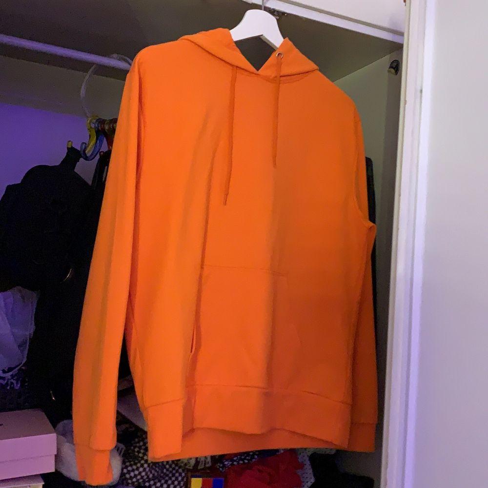 Helt ny har aldrig använt den. Behövde rensa garderoben för det fanns Inge plats kvar. Väldigt fin hoodie som är väldigt färg glad. Ink frakt beror på vart du bor.. Huvtröjor & Träningströjor.