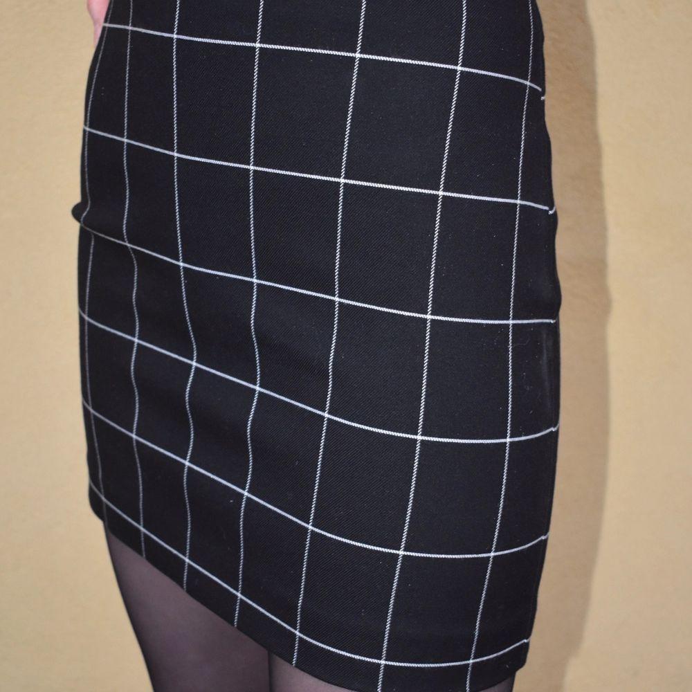 Tajt kjol från hm, jättelätt att style men en liten dragkedja där bak💕 . Kjolar.