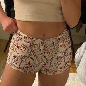 shorts med fint mönster, i jeanstyg.