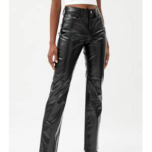 Säljer dessa fina jeans/byxor från weekaday, dem är i jättebra skicka endast andvända 1 gång. Dem är i ett schimrit/holk material som är superfint! (Liknar regnbågdbyxorna från zara) stel 38 men dem är ganska så små i storleken.