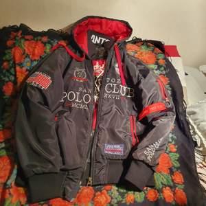 En vintage Åkte polo sontozo club jacka I bra skick men användade fåtal gånger. Passar båda kön.Stk xs- l köpare står på frakt.
