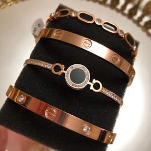 Armband i rostfritt stål! Helt ny oanvänd! Finns i färgerna rosé, silver och guld. Finns med och utan zirkonstenar. Tillgängligt i lager. Allergivänlig och nickelfri! Har flera stycken!