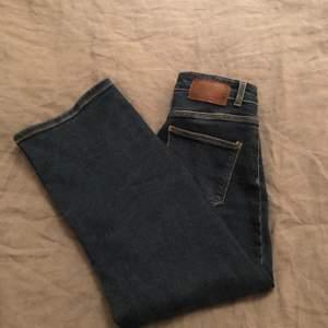 Säljer ett par av mina favorit jeans som tyvärr har blivit för små! Köpt på affären Vila men märket är Pieces och köpte för 369 kr! Storleken är s men skulle säga att de passar mer som xs!