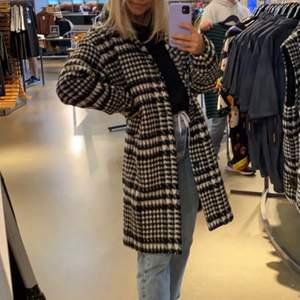 Säljer min fina kappa från Junkyard! Storlek S, jag är 164cm lång!