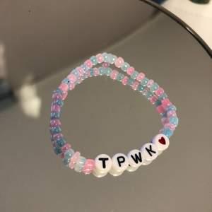 Ett armband med texten TPWK inspirerat av Harry Styles och i färgerna av hans senaste album 💿 ett armband för 25, två för 40 och tre för 50kr🌍🦋 man kan även göra egna designs