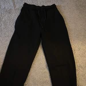 Svarta mjukisbyxor från ASOS, använder inte längre då de är för små. Storlek 36 men skulle säga att demhär e mindre i storleken så passar mest XS/S