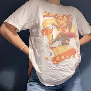 Asball tshirt köpt av min syster på PINKs turne. Använder den tyvärr inte längre. Ganska stor men är snygg som oversize!