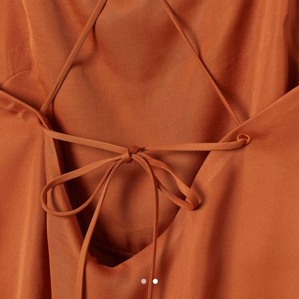 Ett linne från HM med cool snörning i ryggen, det är ett extra lager tyg vid brösten så går bra att ha utan bh. Toppar.