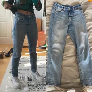 Säljer mina favoritjeans från H&M! Vintage fit på de, jeans stl 28. Använd flera gånger. Säljer för jag har valt att sluta använda jeans helt! 😌