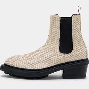 Helt nya sviiiinsnygga Nikita boots (Tan) från Eytys! Passar 39 eller 39,5. Helt oanvända :—) Pris: 900 (ord. pris: 2900). Priset är inklusive frakt! 📦