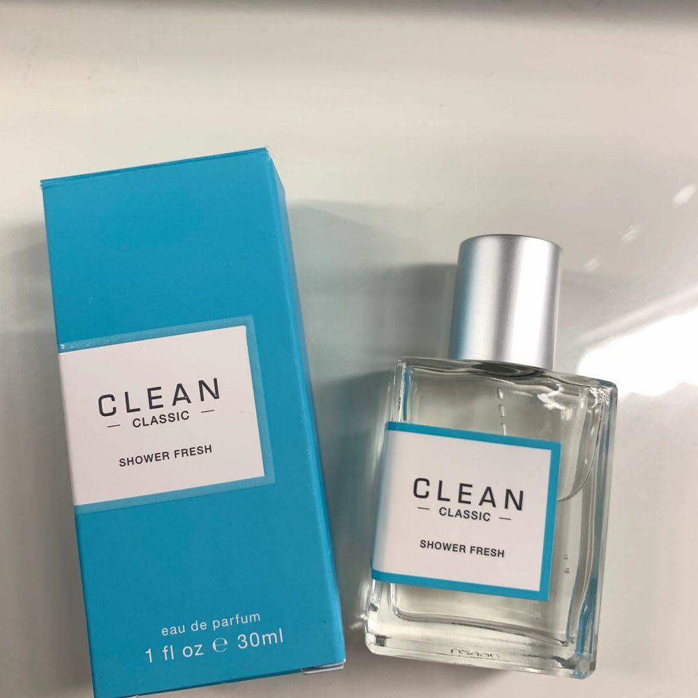 Parfymen är 30ml och är bara testad. Säljer på grund av att jag fick fel doft i julklapp. Kostar 485kr på kicks men säljer för 250kr 💞. Övrigt.
