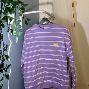 Älskade!! denna tröjan förut men den är inte min stil längre. Har inga fläckar utan är som ny. Är något oversized mån går att vika in och upp om man vill. Frakt tillkommer. Pris kan diskuteras.