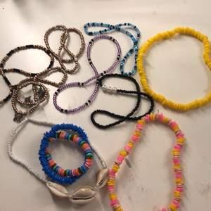 Egengjorda halsband. 15= dom som är vanliga pärlor + armband, 30= det gula och rosa gula, 45= snäckhalsbandet. Allt tillsammans 100kr. Köparen står för frakt. Bandet är elastisk så man kan bara slide on slide off❤️❤️