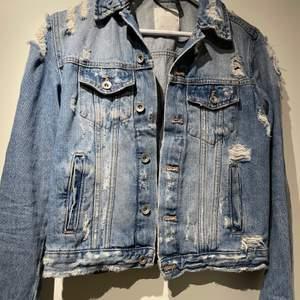 Fin jeansjacka från zara med slitningar. Sitter ganska tight så inte oversize. Mycket fint skick. Frakt 50kr