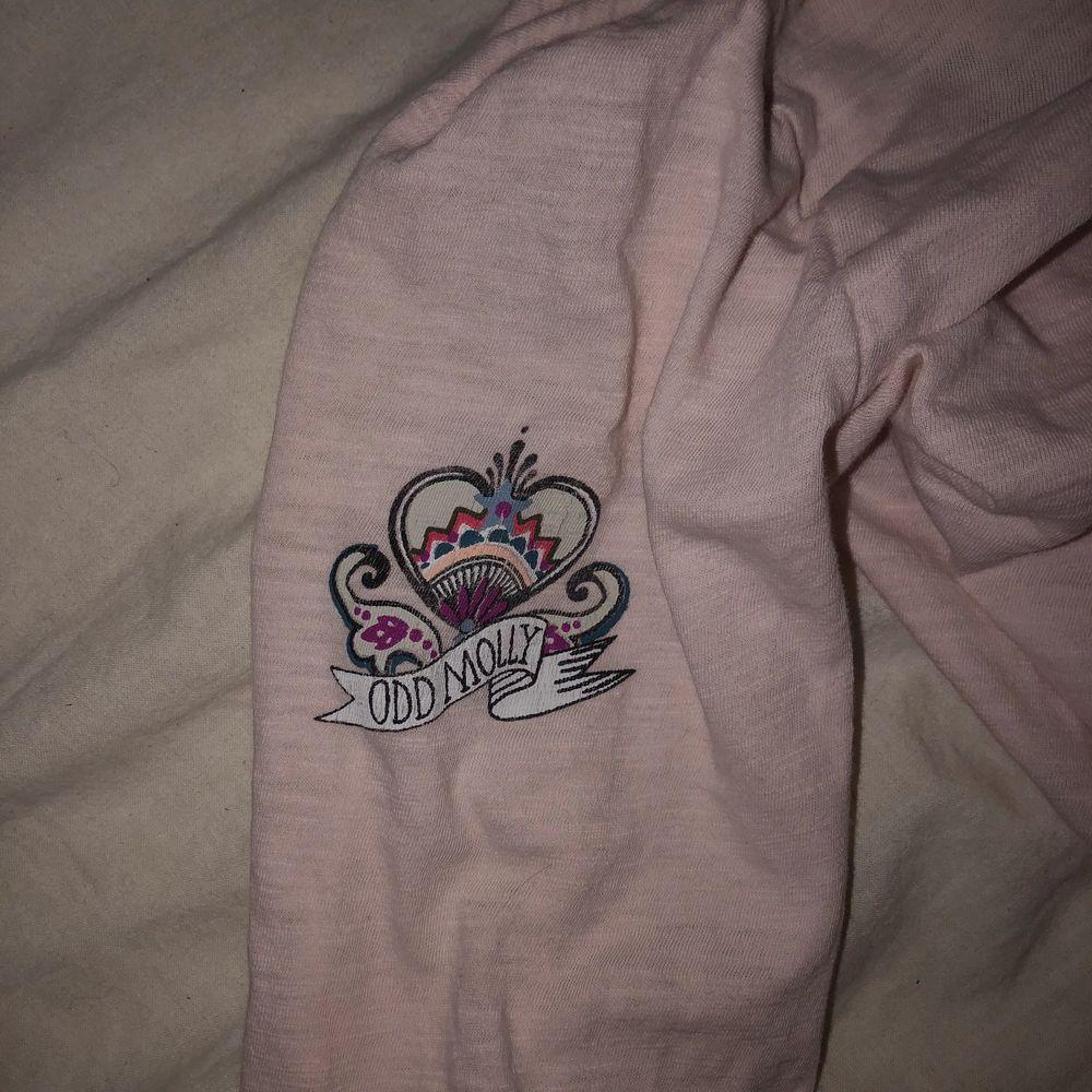 En tunn ODD MOLLY tröja med knappar. Jag tycker själv den är väldigt fin och söt🤩 Säljer den pågrund av att jag inte andvönder den. Den är i bra skick😍 Säljer den för 100 och köparen står för frakten. Tröjor & Koftor.