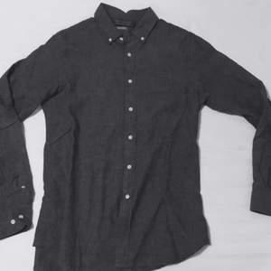 Mörkgrå sjukare med lite frövre skjorta i linné tyg.  Använd någon fåtal gång.