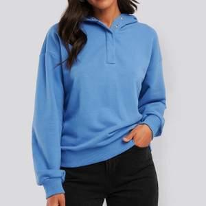 Säljer den här snygga hoodien från NA-KD då jag inte använder den, i nyskick! Nypris 400kr, BUD från 200kr + frakt 💜