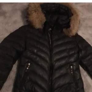 Köpte förra vintern För 3000 typ använt några gånger litet hål på armen men inget man tänker på säljer för vill köpa en ny jacka