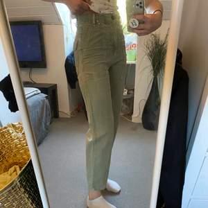 Ett par gröna jeans som sitter sjukt bra, säljer de enbart för att de är dåligt använda av mig. Storlek 34 som sitter snyggt runt kroppen, jag är 171 cm lång.