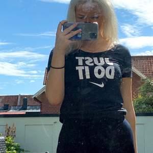Superfin och bekväm Nike T-shirt i storlek S, använd fåtal gånger. Har du frågor eller velat ha fler bilder på plagget får du gärna skriva till mig! Orginalpris 149kr, bud från 40kr.