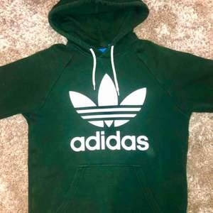 Adidas originals hoodie i mörkgrönt, fläckfri (damm i luften på bilden).  Säljs billigt pga, väl använd