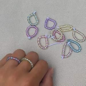 Handgjorda ringar i olika färger, superfina och stretchiga så de passar alla storlekar!💗💚💙🧡💛 finns i färgerna: rosa, blå, grön, lila, orange och gul. Säljer även armband i dessa färger för 30kr/st. Fri frakt