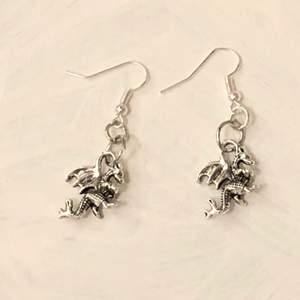 INTE ÄKTA SILVER! Handgjorda örhängen. Köparen står för frakten (11 kr).✨💕