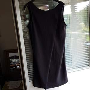 Jättefin klänning med dragkedja bak i stl.M. V-ringad  i ryggen.